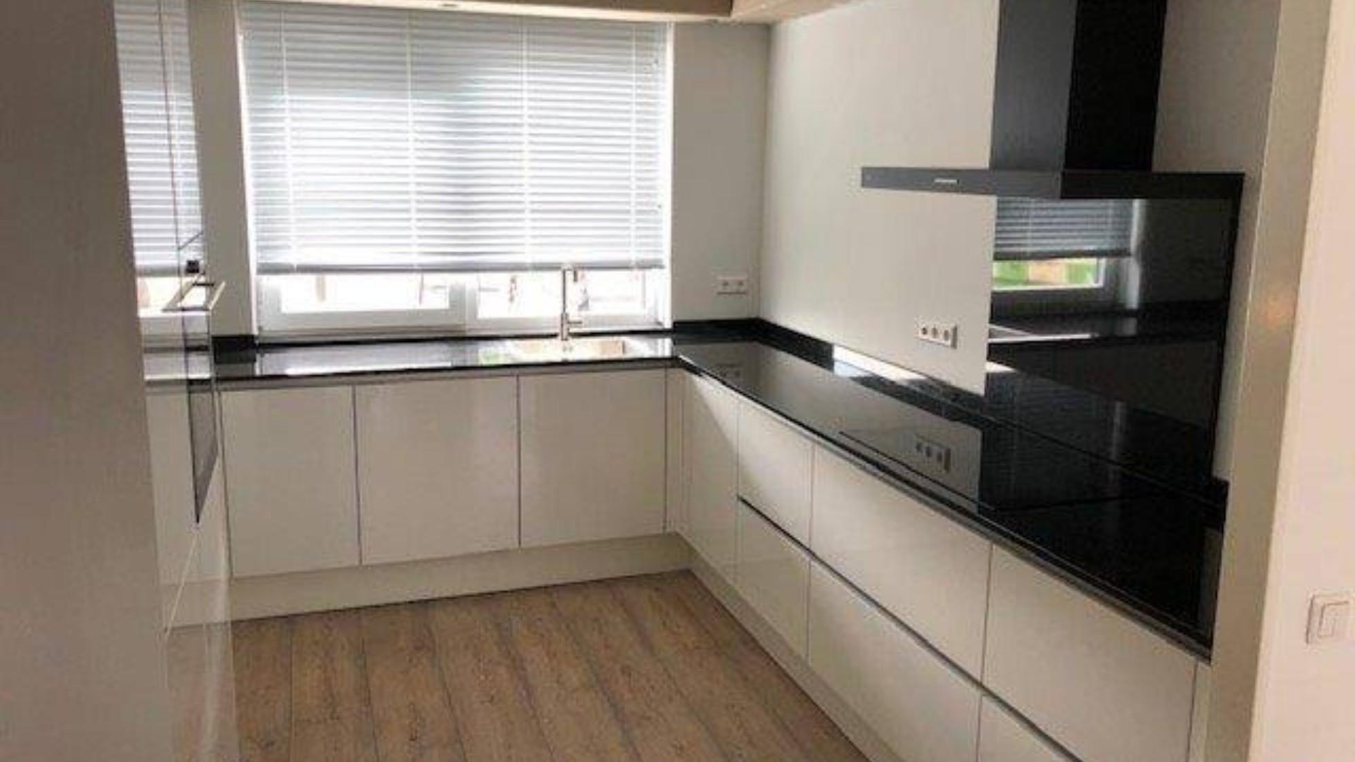 Primo Keukens Keukens Bij Onze Klanten Strak Wit Hoogglans Met Zwarte Keuken